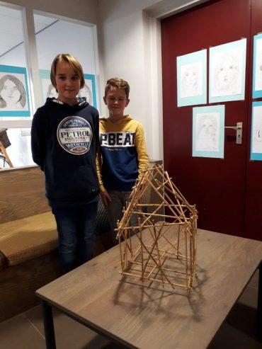 Jelle en Jochem bouwen een piramide van bamboe