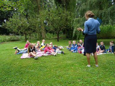Groep 3-4 leert in de tuin