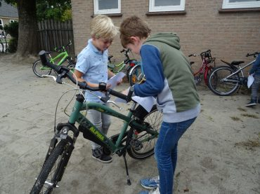 Groep 3-4 controleert de fietsen