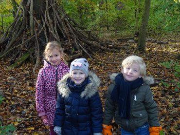 De kleuters gaan naar het bos