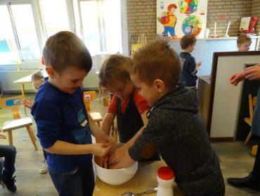 Groep 1-2b bakt pepernoten