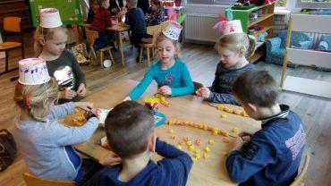 Groep 1-2b viert feest in de klas
