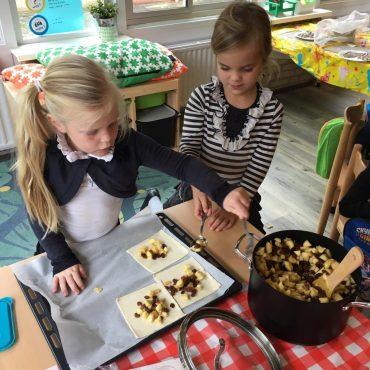Groep 1-2c bakt appelflappen