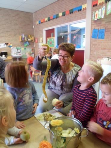 Groep 1 – Appelmoes koken met oma's en opa