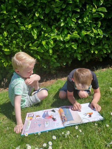 Groep 3b leest buiten