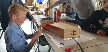 Leerlingen maken zelf een boot